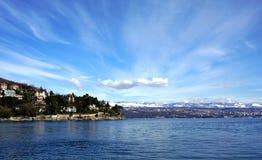 Opinión de la costa sobre Moscenicka Draga en el mar adriático en Croacia cerca de la ciudad Rijeka y del parque nacional Risnjak Fotografía de archivo