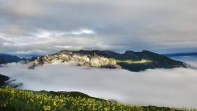Opinión de la cumbre de las montañas fotografía de archivo