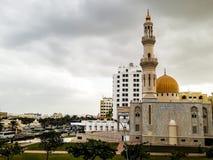 Opinión de la derecha de Al Khuwair Zawawi Mosque delante de la carretera principal de Muscat fotos de archivo