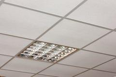 Opinión de la diagonal del primer de la lámpara del techo de la oficina Fotografía de archivo libre de regalías