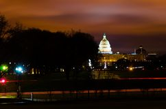 Opinión de la distancia de la bóveda del senado Capitol Hill del congreso de los E.E.U.U. que construye en la tarde de la puesta  fotografía de archivo libre de regalías