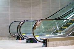 Opinión de la escalera móvil del lado con la pared tejada Imagenes de archivo