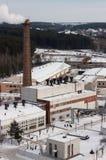 Opinión de la fábrica con una chimenea en devanadera Fotos de archivo