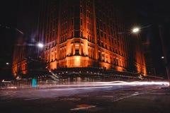 Opinión de la hormiga Grace Hotel en la noche con el exposur largo de la luz del coche Imágenes de archivo libres de regalías