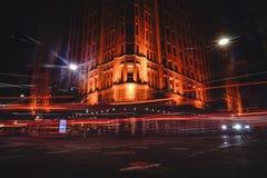 Opinión de la hormiga Grace Hotel en la noche con el exposur largo de la luz del coche Foto de archivo libre de regalías