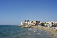 Opinión de la iglesia de Sitges Foto de archivo libre de regalías