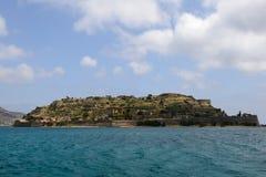Opinión de la isla de Spinalonga del mar Imagen de archivo