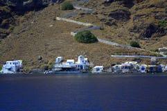 Opinión de la isla de Thirassia con el molino de viento Fotos de archivo