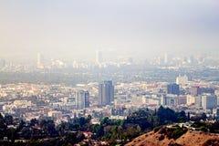 Opinión de la ladera de los edificios de Burbank y de Wilshire en neblina imagen de archivo