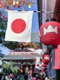 Opinión de la luz del día a la bandera de país y al colgante tradicional de los ornamentos Imagenes de archivo