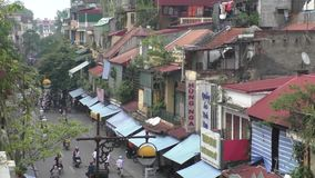 Opinión de la mañana de la calle de niebla en la vieja parte de Hanoi almacen de video