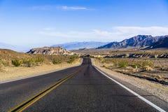 Opinión de la mañana de la carretera que cruza el parque nacional de Death Valley, California fotos de archivo
