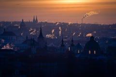 Opinión de la mañana de la ciudad de Praga del invierno por completo de chimeneas que fuman Fotografía de archivo libre de regalías