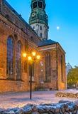 Opinión de la mañana de la iglesia medieval en ciudad europea vieja Fotos de archivo libres de regalías