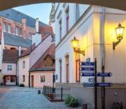 Opinión de la mañana de la yarda medieval en ciudad europea vieja Foto de archivo