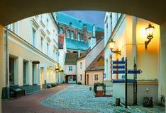 Opinión de la mañana de la yarda medieval en la ciudad europea vieja Riga Foto de archivo libre de regalías