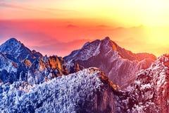 Opinión de la mañana de los picos de montaña Imagenes de archivo