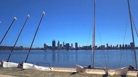 Opinión de la mañana del horizonte de la ciudad de Perth y de catamaranes metrajes