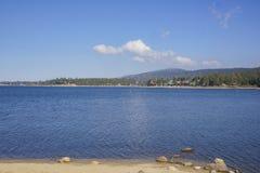 Opinión de la mañana del lago hermoso big bear Foto de archivo