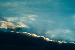 Opinión de la mañana del paisaje con luz del sol en la niebla fotografía de archivo