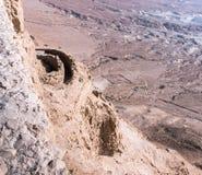 Opinión de la mañana del palacio septentrional de las paredes de la fortaleza destruida de Masada, construidas en 25 A.C. por rey foto de archivo