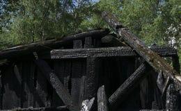 Opinión de la mañana del quemado abajo de casa de madera Foto de archivo
