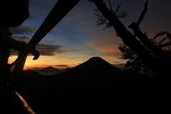 Opinión de la mañana en la cima de la montaña imágenes de archivo libres de regalías