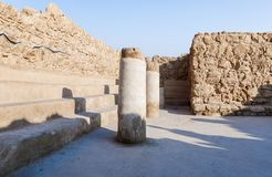 Opinión de la mañana de la excavación de las ruinas de la fortaleza de Masada, construida en 25 A.C. por rey Herod encima de una  fotografía de archivo