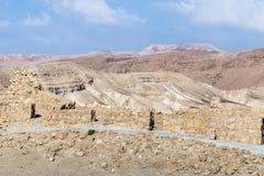 Opinión de la mañana de la excavación de las ruinas de la fortaleza de Masada, construida en 25 A.C. por rey Herod encima de una  foto de archivo
