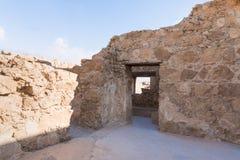 Opinión de la mañana de la excavación de las ruinas de la fortaleza de Masada, construida en 25 A.C. por rey Herod encima de una  imágenes de archivo libres de regalías