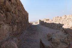 Opinión de la mañana de la excavación de las ruinas de la fortaleza de Masada, construida en 25 A.C. por rey Herod encima de una  fotografía de archivo libre de regalías