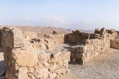 Opinión de la mañana de la excavación de las ruinas de la fortaleza de Masada, construida en 25 A.C. por rey Herod encima de una  imagen de archivo