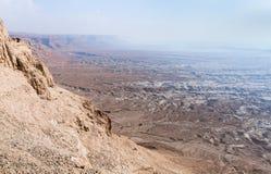 Opinión de la mañana de la fortaleza arruinada de Masada al desierto de Judean en Israel imagen de archivo