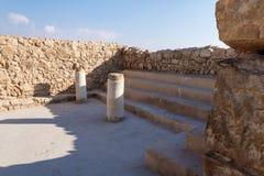Opinión de la mañana de las ruinas de un pasillo sostenido con pilares en la excavación de las ruinas de la fortaleza de Masada,  imagen de archivo