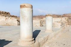 Opinión de la mañana de las ruinas de un pasillo sostenido con pilares en la excavación de las ruinas de la fortaleza de Masada,  fotografía de archivo