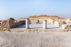 Opinión de la mañana de las ruinas de un pasillo sostenido con pilares en la excavación de las ruinas de la fortaleza de Masada,  fotos de archivo