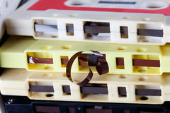 Opinión de la macro de la cinta magnética de casete audio Fije los accesorios de la música del vintage para el formato de la músi Foto de archivo