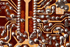 Opinión de la macro del microprocesador de la placa de circuito Componente electrónico del vintage con los rastros que sueldan Ha Fotos de archivo libres de regalías
