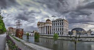 Opinión de la madrugada en centro de ciudad de Skopje fotografía de archivo
