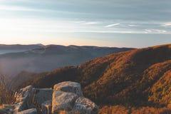 Opinión de la madrugada de las montañas de los Vosgos en Francia luz de oro hermosa en bosque y rocas fotografía de archivo
