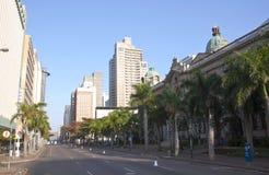 Opinión de la madrugada Smith Street fuera ayuntamiento Durban fotografía de archivo libre de regalías
