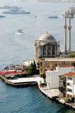 Opinión de la mezquita por el mar Fotografía de archivo libre de regalías