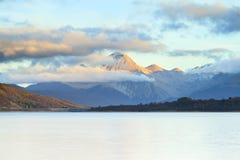 Opinión de la montaña y del lago Fotos de archivo