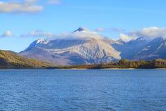 Opinión de la montaña y del lago Imagen de archivo libre de regalías