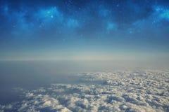 Opinión de la mucha altitud entre el cielo y el espacio, adentro a la oscuridad Fotos de archivo