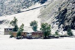 Opinión de la nieve de la aldea tibetana en el Shangri-la China Imagen de archivo