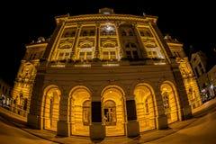 Opinión de la noche ayuntamiento en Liberty Square, Novi Sad, Serbia Foto de archivo