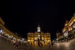 Opinión de la noche ayuntamiento en Liberty Square, Novi Sad, Serbia Fotos de archivo