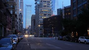 Opinión de la noche de la calle céntrica de Manhattan almacen de metraje de vídeo