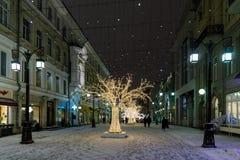 Opinión de la noche de la calle en los días de fiesta del Año Nuevo Imagen de archivo libre de regalías